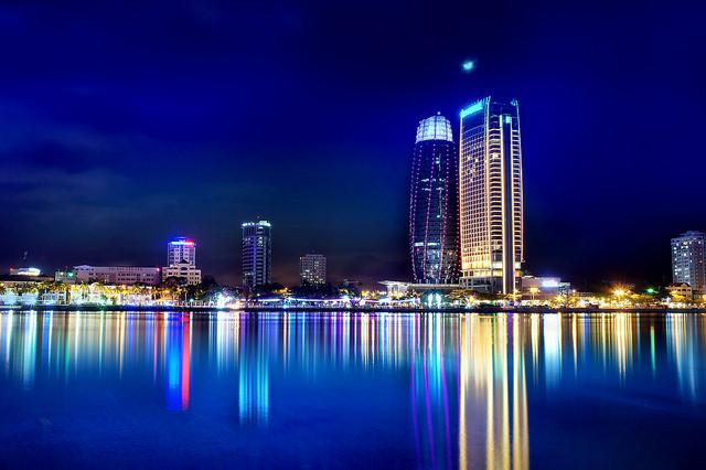 Đêm Đà Nẵng lung linh ánh đèn dưới góc nhìn du khách tại căn hộ Monarchy
